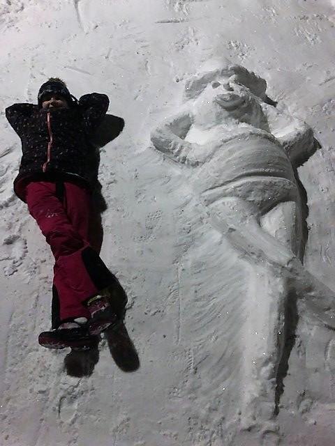 Fleur Zwaagstra in de sneeuw met haar winnende sneeuwcreatie