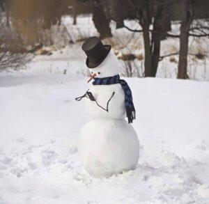 sneeuwpop met hoed en telefoon